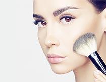 在化妆的美女脸部近景摄影图片