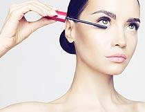 在刷睫毛膏的美女特写摄影图片