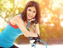 骑自行车的齐肩发美女摄影图片