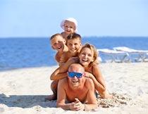 沙滩上幸福的一家人摄影图片