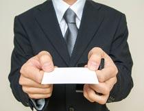 双手递名片的商务男士摄影图片