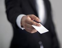 单手递名片的商务男士摄影图片