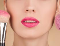打粉底的红唇美女脸部特写摄影