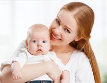 抱着婴儿的长发美女摄影图片