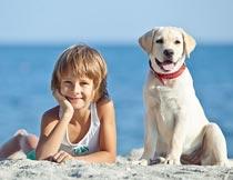 海边小男孩和小狗高清摄影图片