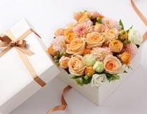 白色方形礼品盒里的鲜花摄影图片