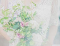 捧着花束的新娘唯美婚纱摄影图片