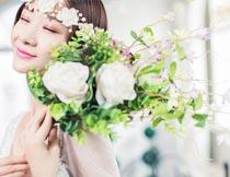 手拿花束放肩上的新娘摄影图片