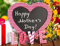 母亲节心形卡片和鲜花礼盒摄影图片