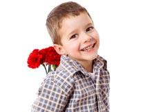 拿着康乃馨的外国小男孩摄影图片