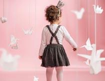 千纸鹤和小女孩背影艺术照摄影图片