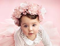 头戴粉色花环的小女孩写真摄影图片
