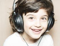 戴着耳机的可爱男孩写真摄影图片