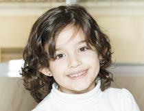 微笑的美丽卷发女孩写真摄影图片
