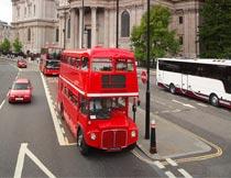 伦敦街头的红色双层巴士摄影图片