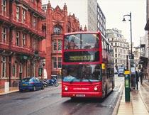 双层红色观光大巴街景摄影图片