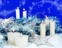 雪地上的蜡烛冷杉枝摄影图片