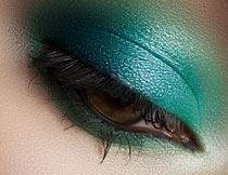 画蓝色眼影的美女局部特写摄影图片