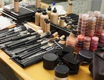 化妆台上各种化妆用品摄影图片