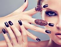 涂指甲油的时尚美女局部摄影图片