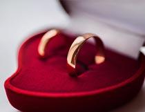 爱心盒子上的婚礼对戒摄影图片