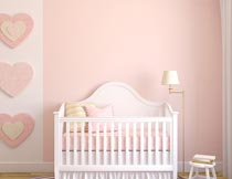 房间里的粉色婴儿小床摄影图片