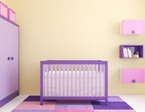 房间里的婴儿车与衣柜摄影图片