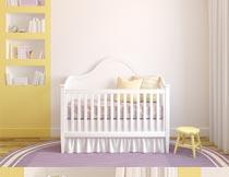 房间里的书架与婴儿车摄影图片