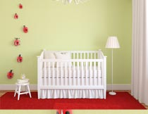 铺着红地毯上的婴儿床摄影图片