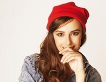 戴红帽子穿牛仔衬衫的美女摄影图片