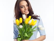 双手拿着鲜花的美女模特摄影图片