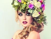 头戴花环的性感卷发美女摄影图片