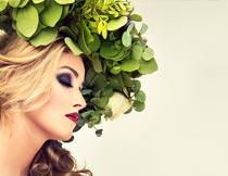 头戴树叶花环的红唇美女摄影图片