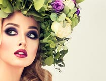 头戴树叶花朵的彩妆美女模特摄影图片