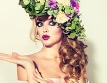 头戴花朵的性感红唇美女摄影图片