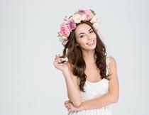 穿白裙开心微笑的花环女孩摄影图片