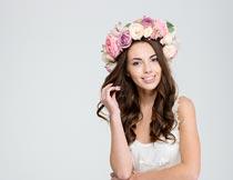 戴花环的白裙卷发美女写真摄影图片