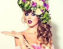 头戴玫瑰花环的化妆模特摄影图片