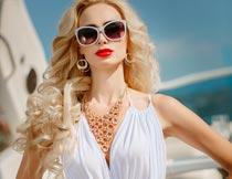 戴太阳镜的时尚女性摄影图片