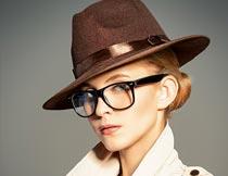 戴帽子眼镜的时尚美女摄影图片