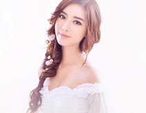 穿抹胸白裙的辫子美女写真摄影图片