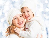 笑容灿烂穿亲子装的母女特写摄影图片