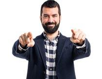双手指向前的络腮职业男士摄影图片