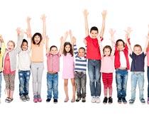 一群将手高举的小朋友全景摄影图片