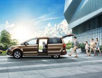 大众夏朗汽车出行海报设计PSD素材