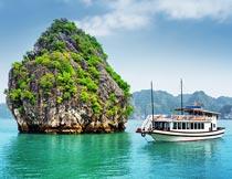 美丽的岛屿与游船越南风光摄影图片