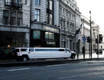 行驶在大街上的迎宾车影楼背景图片