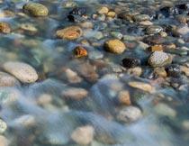 美丽的鹅卵石与水流风景摄影图片