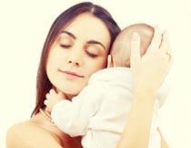 抱在怀里的母婴局部特写摄影图片