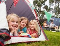 爬在帐篷内的儿童局部特写摄影图片